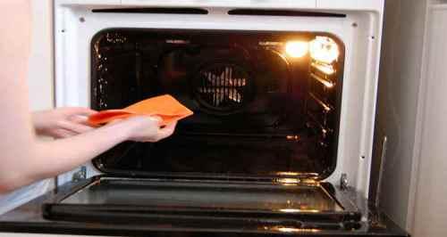 чем лучше чистить духовку?